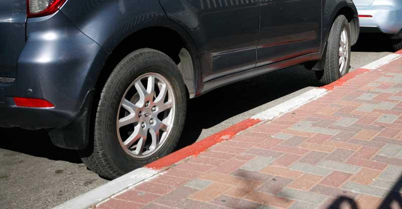 חניה באדום לבן. צילום מוטי מילרוד