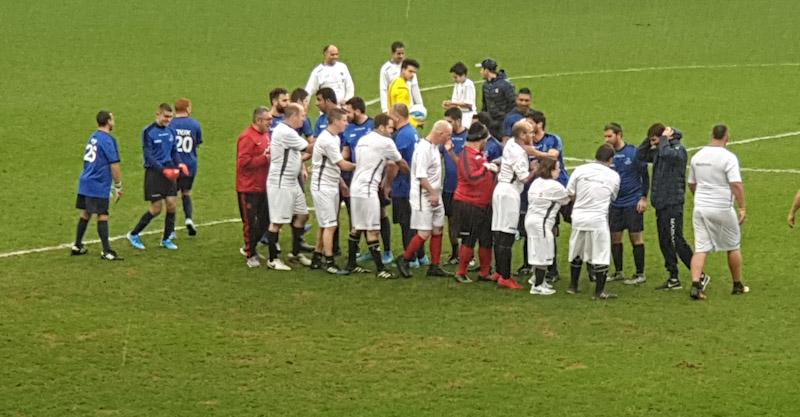 שחקני שתי הקבוצות בתחילת המשחק