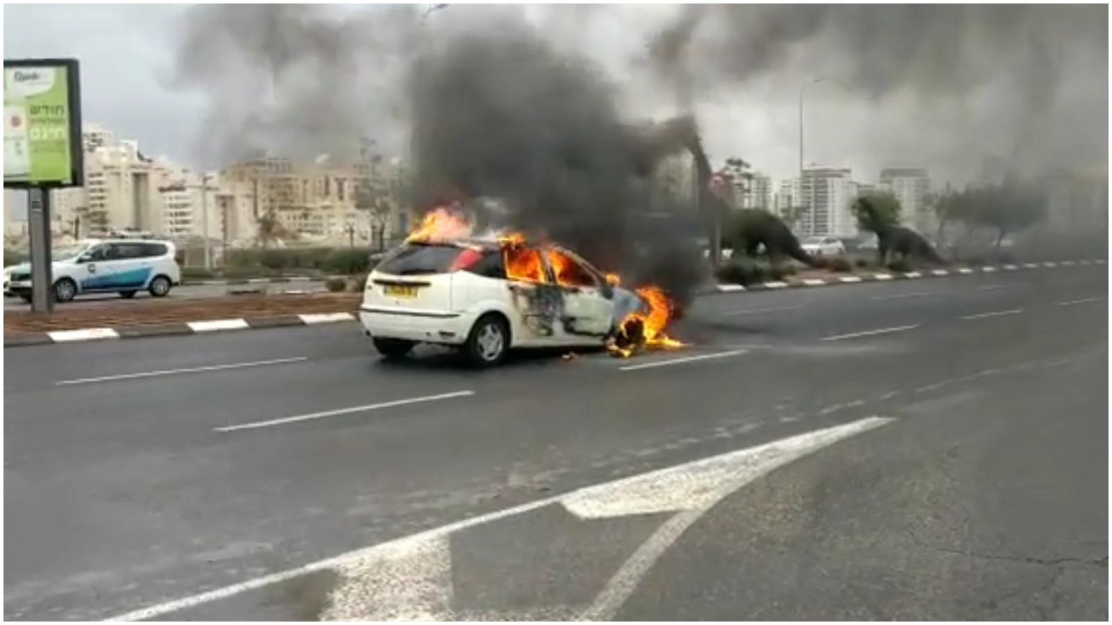 הרכב עולה באש צילום דוברות הצלה פתח תקוה