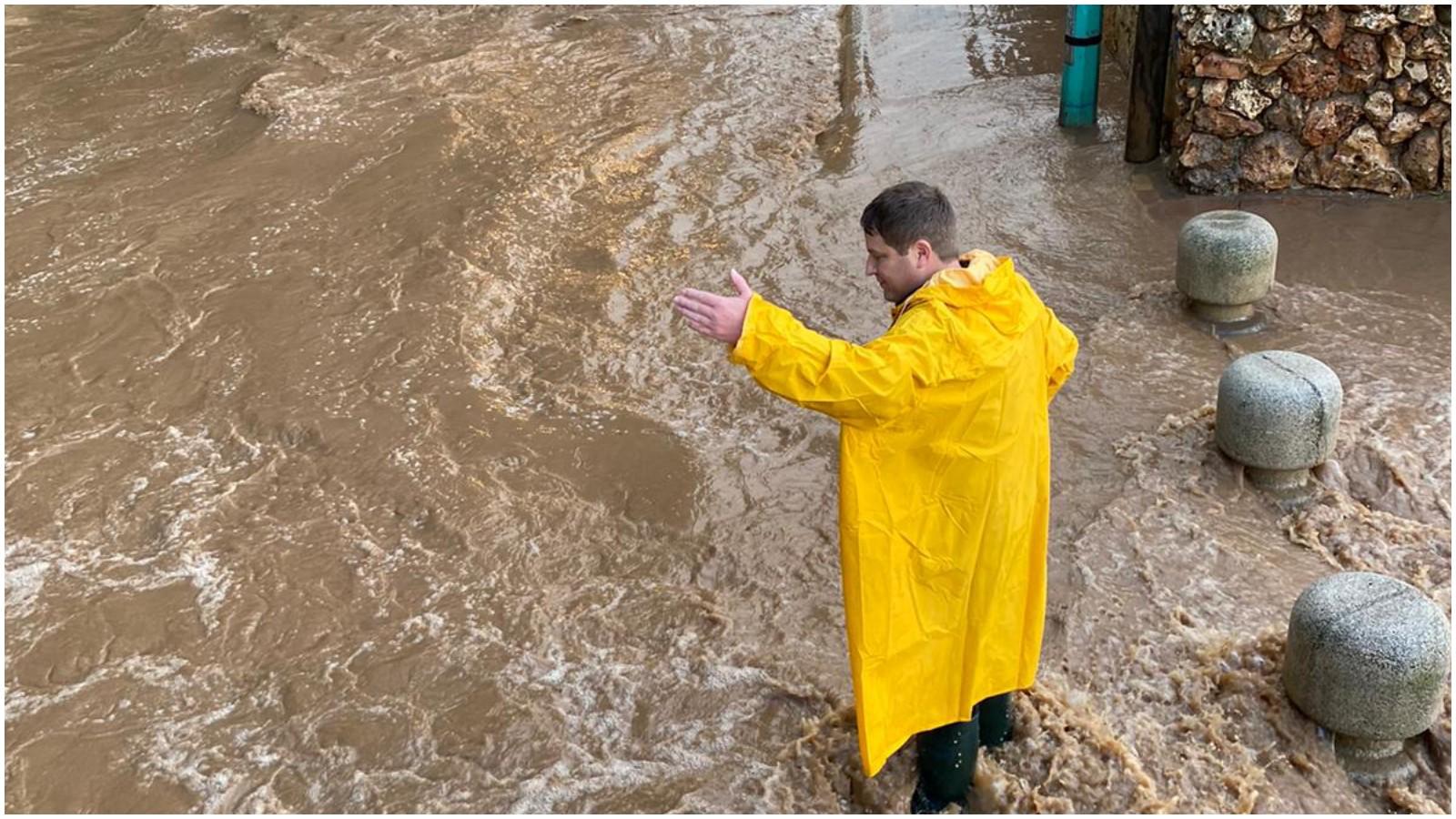 רמי גרינברג בפעולות הניקוז בשכונת דדו בסערה האחרונה צילום באדיבות העירייה