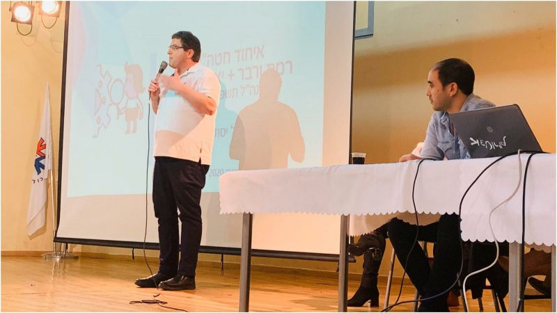רמי גרינברג בכנס עם הורי בית ספר יצחק שמיר. צילום עיריית פתח תקווה