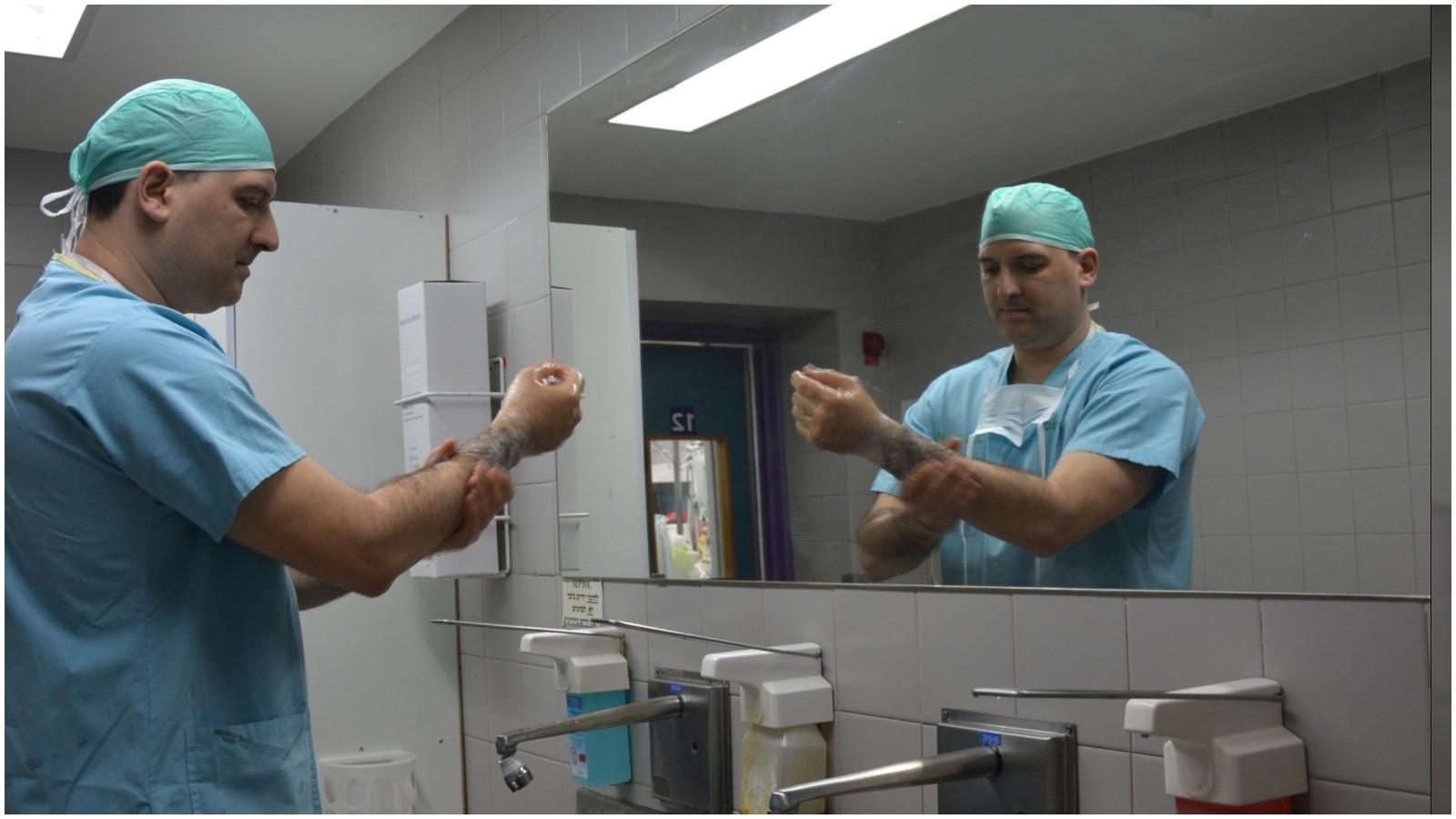 """ד""""ר יורי פייסחוביץ, מנהל היחידה לכירורגית חזה במערך ניתוחי לב וחזה בבילינסון, מתכונן לניתוח.צילום בית חולים בילינסון"""
