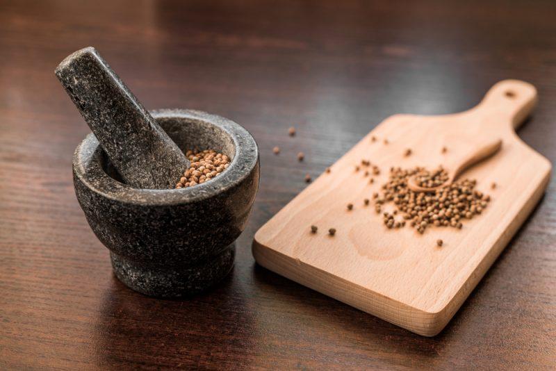 זרעי כוסברה – הרבה יותר מתבלין למזון (צילום: By marcinm111, shutterstock)