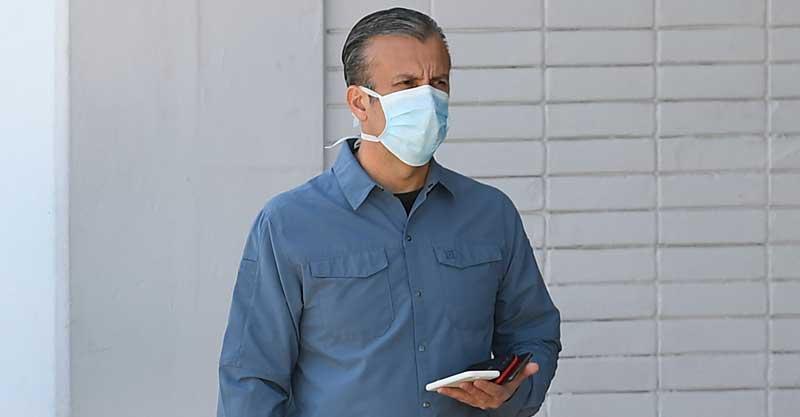 קורונה, איש עם מסכה. צילום AP