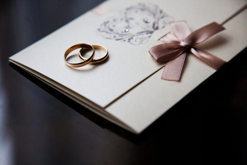 הדפסת הזמנות ייחודיות לחתונה בפתח תקוה (צילום: By iiiphevgeniy, shutterstock)