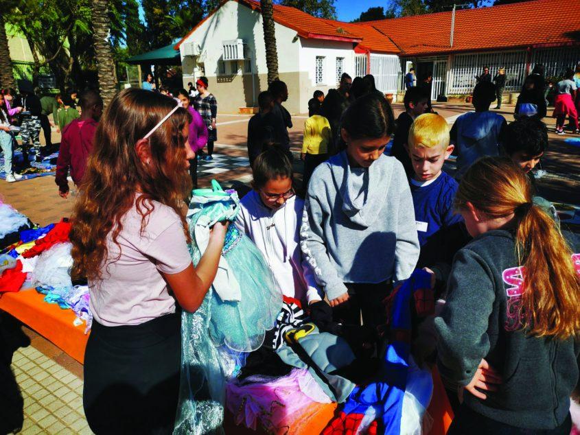 יומן חינוך. שוק קח תן קיבוץ גלויות. צילום באדיבות בית הספר