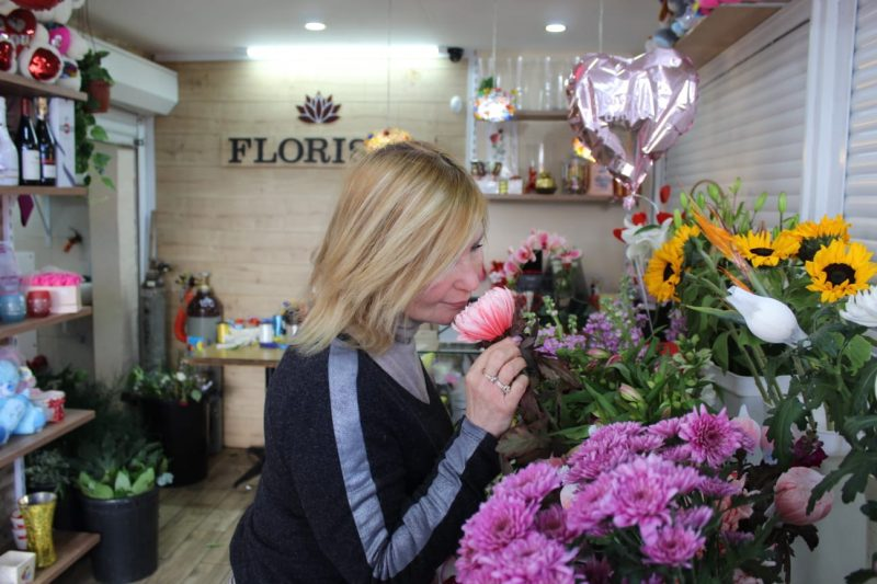 לודמילה ממליצה כי כדי להבטיח פריחה צבעונית ומהפנטת בכל ימות השנה, ניתן לבחור בפרחים שפריחתם מתחדשת מדי עונה בעונה. צילום: מייק כהן