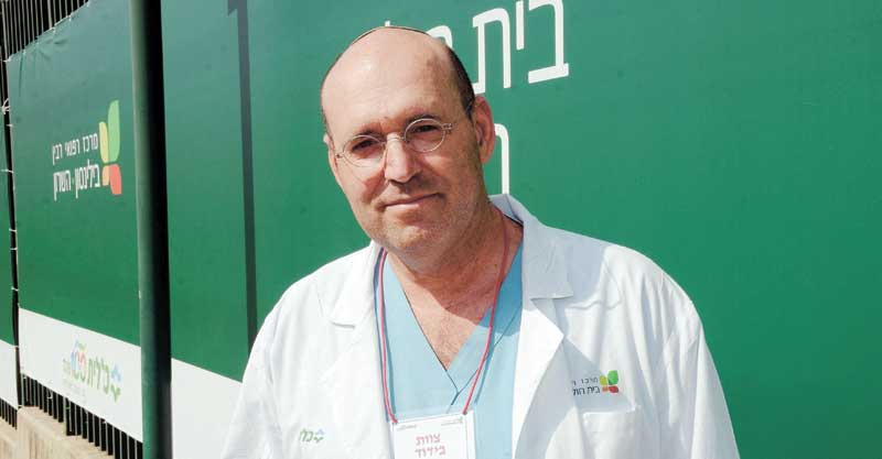 """ד""""ר דרור דיקר, בית החולים השרון מחלקת בידוד. צילום זאב שטרן"""