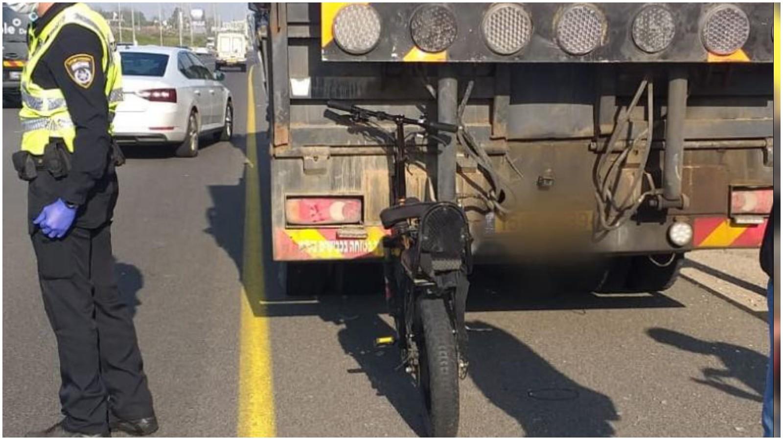 תאונה בין אופניים חשמליים למשאית צילום איחוד הצלה פתח תקווה