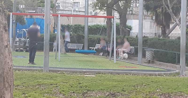 תושבים באחת הגינות בעיר בשבת צילום פרטי
