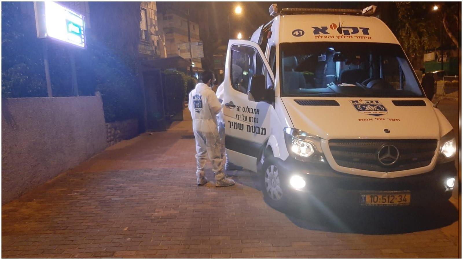 """גופת גבר כבן 50 נמצאה במצב ריקבון ביחידת דיור ברחוב וולפסון בעיר. צילום זק""""א"""