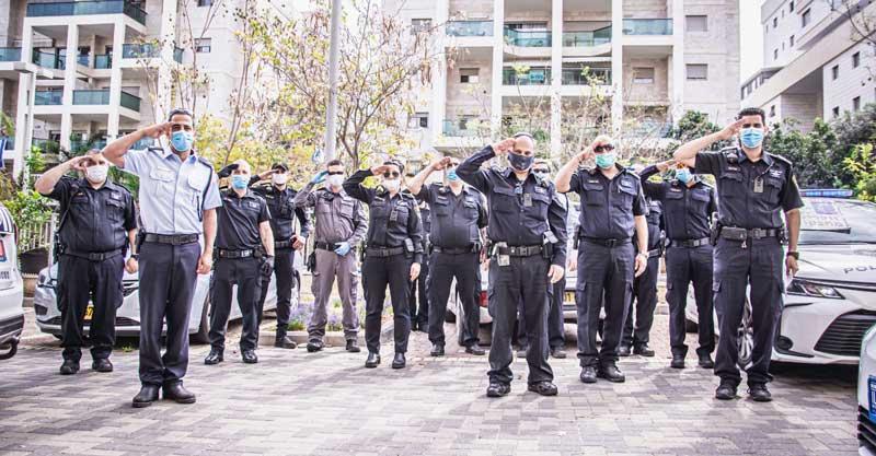 שוטרי משטרת פתח תקווה מצדיעים לניצולי השואה