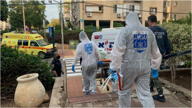 """פינוי הגופה ברחוב צה""""ל. צילום: דוברות זק״א"""