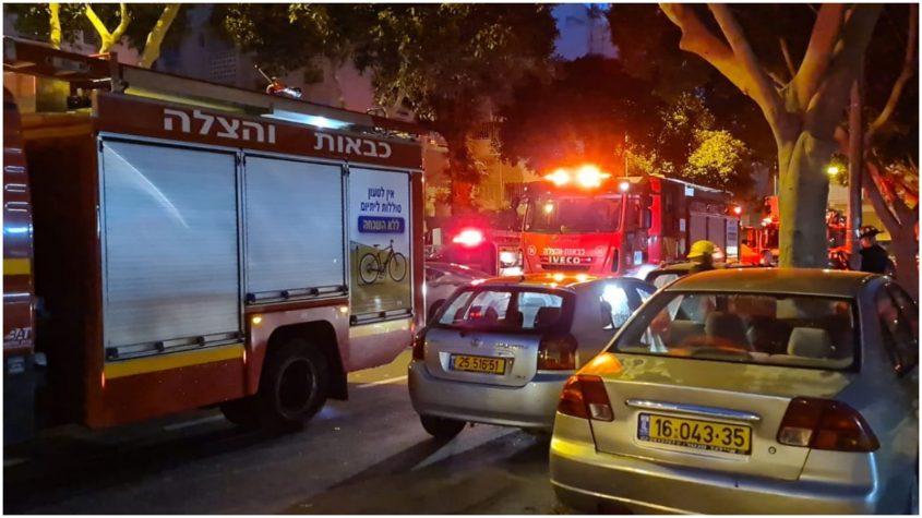 שריפה ברחוב שפירא בפתח תקוה. צילום דוברות הצלה
