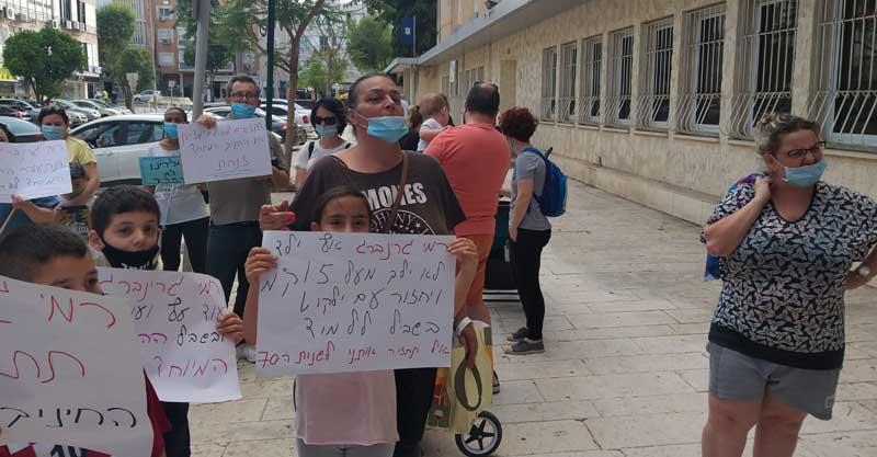 הפגנה בכניסה לעיריית פתח תקווה- כנגד ביטול ההסעות של החינוך המיוחד. צילום באדיבות ההורים