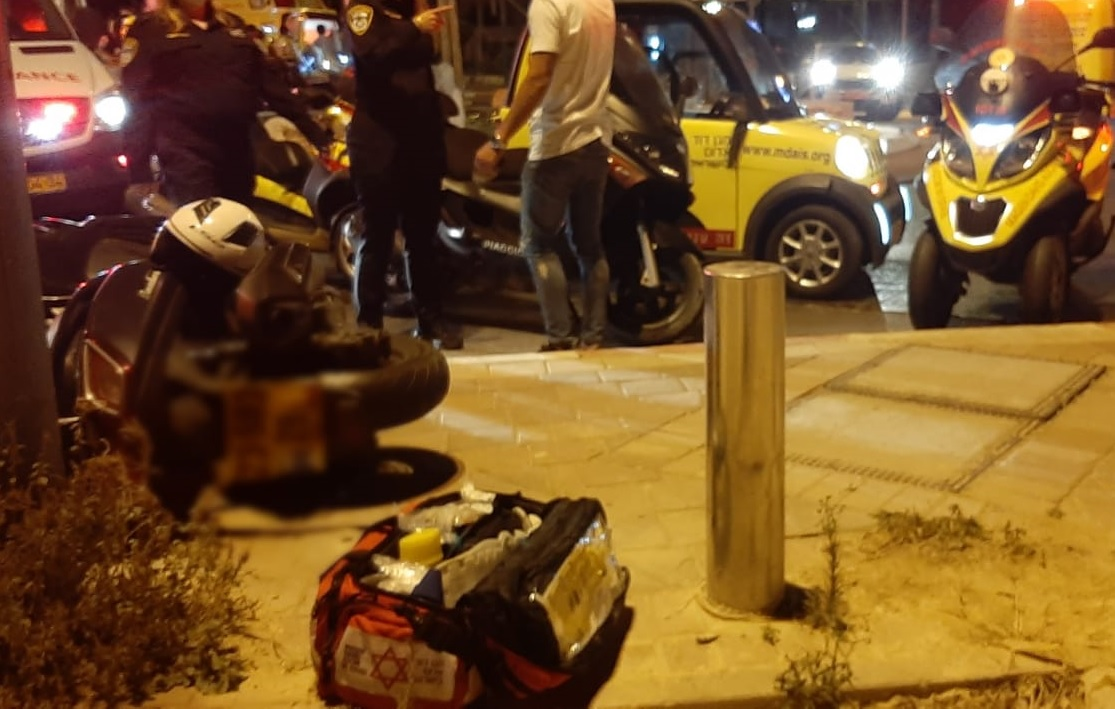 תאונת אופנוע ברחוב בזל צילום דוברות הצלה פתח תקוה