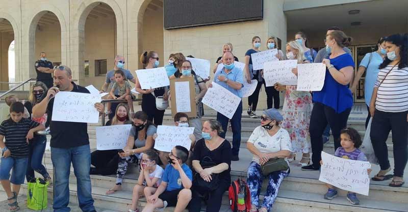 הפגנה של הורי החינוך המיוחד מול היכל התרבות בזמן ישיבת המועצה.