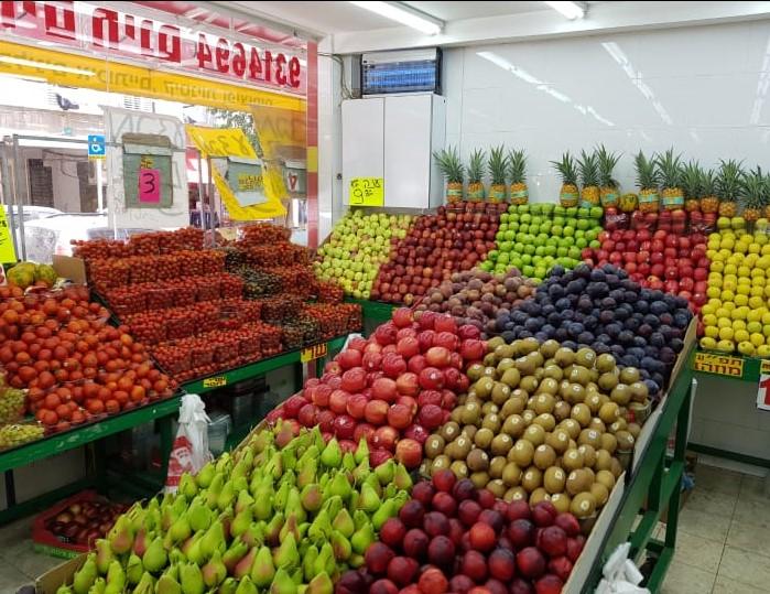 חנות פירות וירקות בפתח תקוה: שפע פירות וירקות בתוצרת ישראלית מובחרת. צילום: שלומי נאור