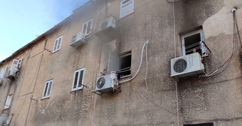 שריפת בדירה ברחוב ברל כצנלסון בעיר,. צילום דוברות תחנה אזורית פתח תקווה