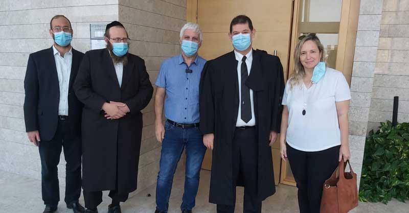 חלק מחברי האופוזיציה מחוץ לבית המשפט