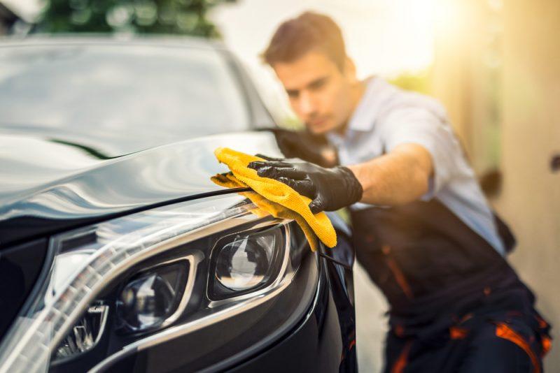 פוג ווש: ניקיון רכב ידני בפתח תקוה. צילום: Shutterstock - REDPIXEL.PL