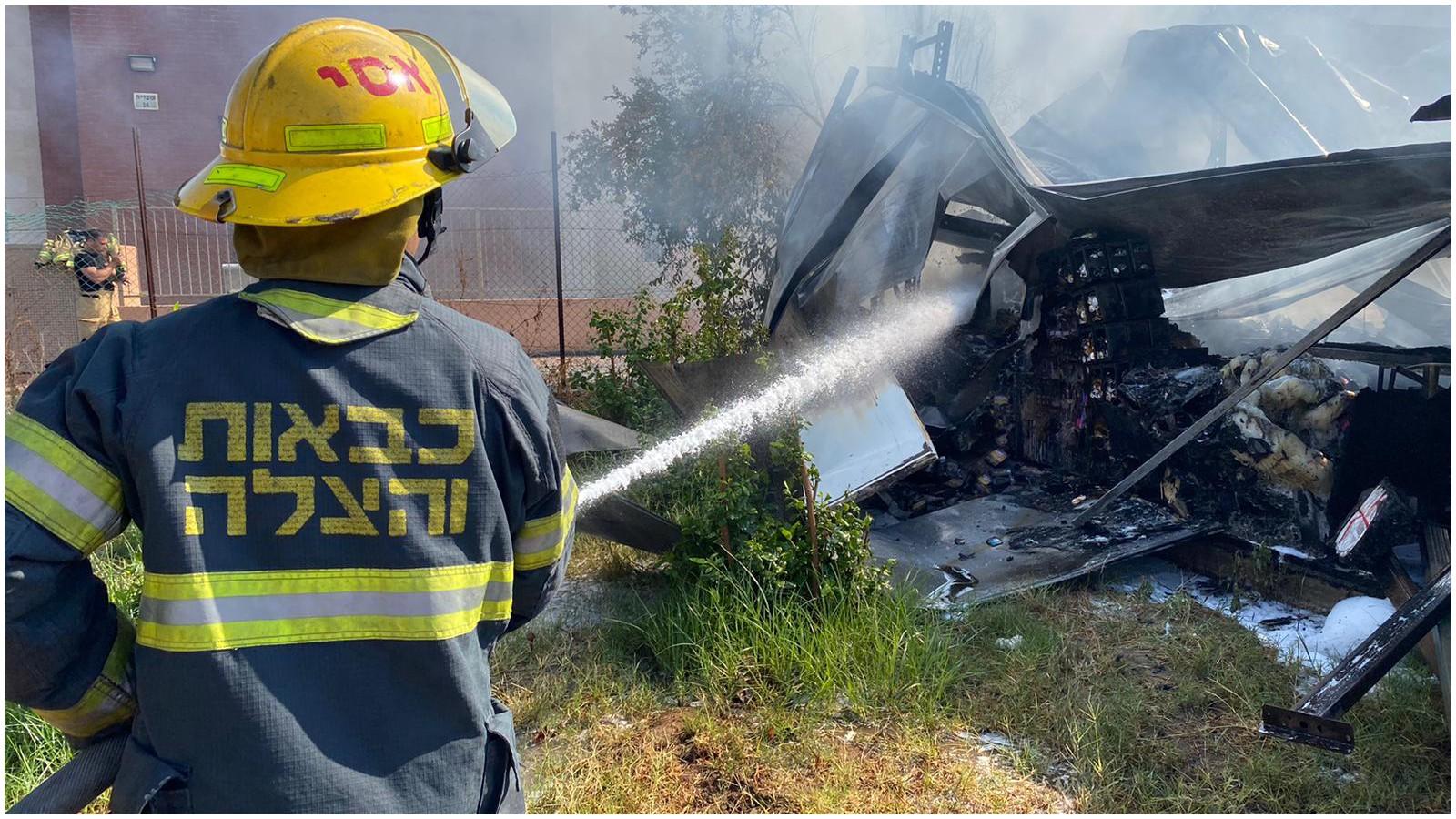שריפה ברחוב עובדיה צילום כיבוי אש פתח תקוה