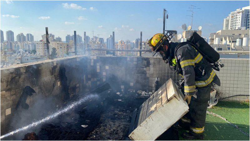 """שריפה על גג בניין ברחוב פיק""""א, צילום עומר שפירא"""