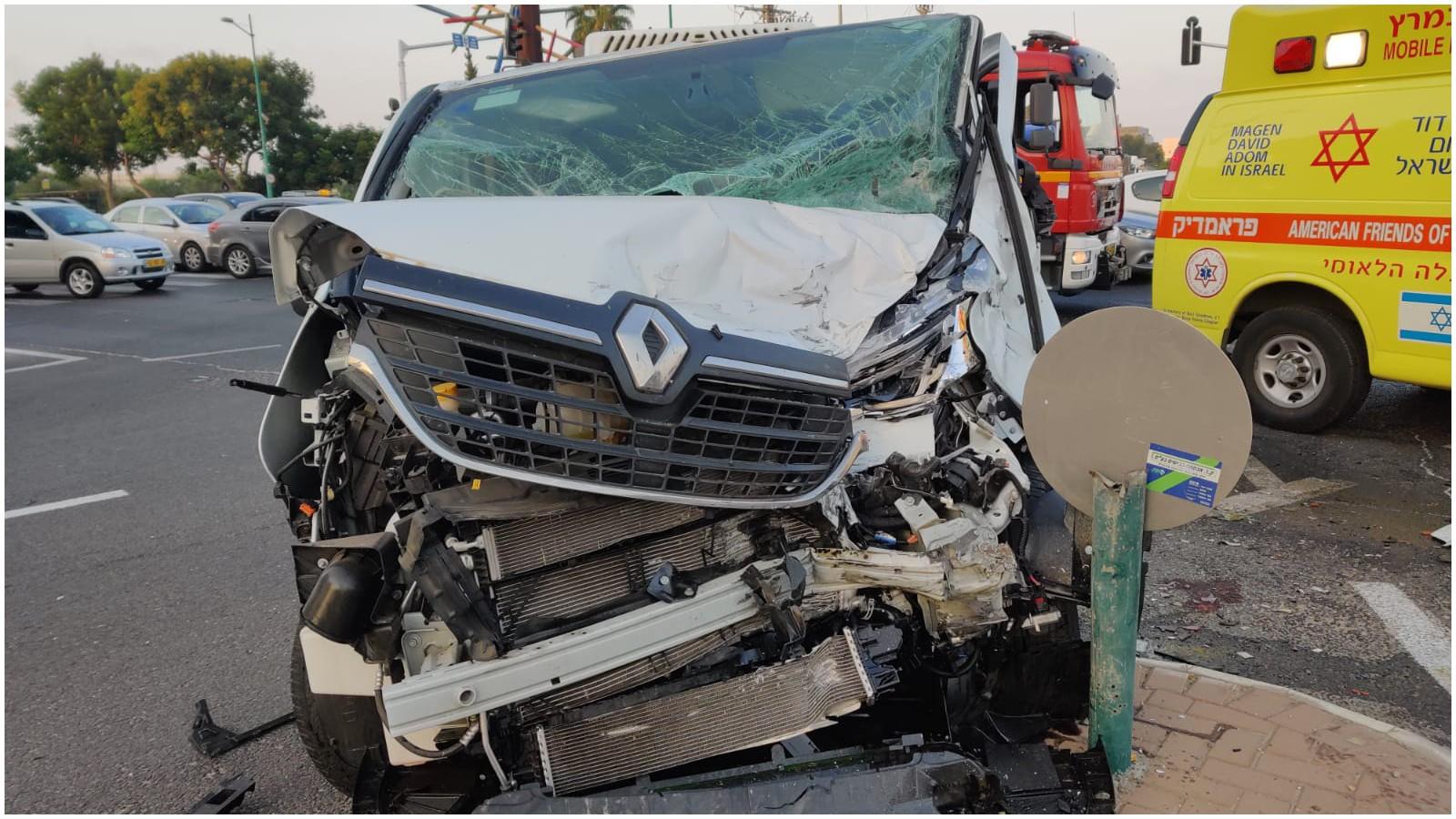תאונה בדרך אם המושבות בפתח תקווה, צילום מאיה סורמלו בן ישראל