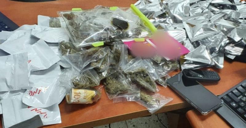 חלק מהדברים שנמצאו ברכבו של אחד החשודים צילום דוברות המשטרה