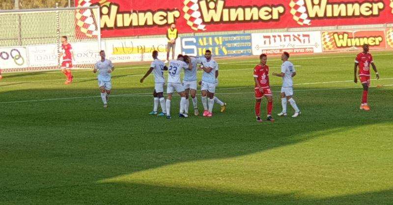 השחקנים חוגגים את השער השני